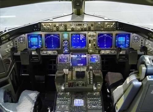 Boeing_777_Cockpit